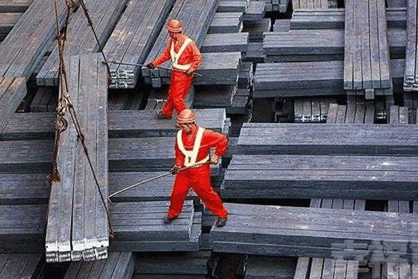 我国钢产量再创新高 产能扩张风险犹存 ()